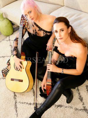 Chanteuse guitariste & Altiste éléctriqueGipsy Pop Internationale World MusicMusique LiveLauriane GuillaumondHélène MalletPhoto libre de droits.Contact : lapaya@icloud.comFacebook : La PayaSite internet : www.lapaya.fr